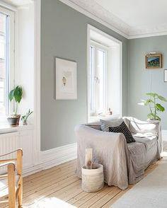 Un salon à la déco ultra douce et élégante = l'effet couleurs + matière + plafond haut à moulures