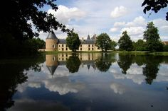 In the Loiret, Chamerolles Castle is one of the first Renaissance castles in France. It is also one of the few buildings of this era to have preserved its drawbridge in working condition. Renaissance, Church Architecture, France Europe, Place Of Worship, Great Photos, Palace, Clouds, Mansions, Landscape