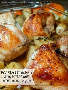 Heerlijk, kip met aardappelen uit de oven. Thijm en citroen, met wat witte wijn erbij. Hoe simpel kan het zijn.