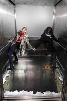 adhesivo en el ascensor
