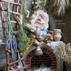 Ищет ДОМ! Домовой - интерьерная, сувенирная кукла, оберег для дома. Высота всей работы до 29-ти см. Одежда сшита из натуральных тканей: х/б, лен. Не снимается. Волосы - льняное волокно. Ручки на проволочном каркасе. Ножки свободно вращаются. Сидит без опоры. При себе имеет мешочек с колосьями пшеницы. С удовольствием поселится в любом уютном уголке или на полке. Сделан с любовью и теплотой ручной работы! #домовой #интерьернаякукла #декор #декордлядома #счастье #оберег #ручнаяработа…
