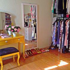 Araras de roupa na decoração do quarto