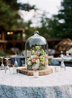 Base de tronco de árbol + domo + flores = centro de mesa campestre divino. #CentroDeMesa