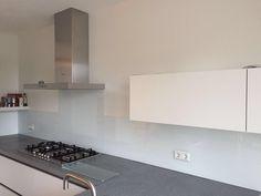 Zacht blauwe Keukenglas achterwand in een greeploze witte keuken met grijs blad. #keukeninspiratie #spatwand #backsplash #splashback www.keukenglas.nl