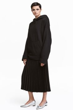 Pleated skirt in woven stretch fabric. Extended waistband tab with concealed fastener, and concealed side zip with hook-and-eye fastener. Pleated Skirt, Denim Skirt, Midi Skirt, Ballet Fashion, Minimal Classic, H&m Online, Stretch Fabric, Fashion Online, Kids Fashion