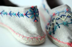 Taller Borda tus propias alpargatas, por Lanusa, en Contigo alla fine del mondo, Madrid Creative Embroidery, Embroidery Fashion, Diy Embroidery, Cross Stitch Embroidery, Embroidery Designs, Diy Broderie, Barefoot Shoes, Sewing Art, Embroidery Techniques