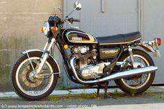 Yamaha 650 XS 1975, 447. Cadre rigidifié, double disques à l'avant, gros silencieux d'échappement (introuvables aujourd'hui !), jantes alu profil H