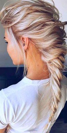 The Ultimate Hairstyle Handbook: Everyday Hairstyles for the... Top knots, Heidi braids, French twists, oh my! Chic hair is all the rage from the runways to the blogs to the city streets. Haar Frisuren für Damen. Perfekt geflochtene Haare für Haarkränze und mehr. #blondehair #braidedhairstyles #hair #hairstyle #hairstylist