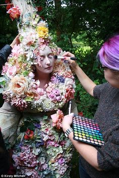 Wonderland by Kirsty Mitchell: 1000 freshly-cut flowers for a spectacular trail in a fairy-tale setting (IV) l Kirsty Mitchell, Best Dressed Award, Last Dance, Model Train Layouts, Models Makeup, No Photoshop, Model Trains, Portrait, Beautiful Images