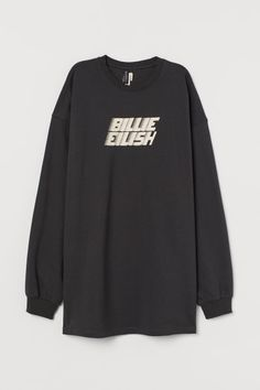 Long, oversized sweatshirt in cotton fabric with a printed design. Heavily dropped shoulders, long sleeves, and ribbing at neckline and cuffs. Hipster Style Outfits, Fashion Outfits, Oversized Tshirt Outfit, Cute Baby Costumes, Billie Eilish Merch, Fandom Outfits, Korean Outfits, Fashion Company, Printed Shorts