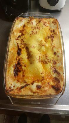 9 lasagneplattor 1 msk smör+ olja raps eller oliv 1 gul lök 400 g blandfärs 400 g krossade (ekologiska) tomater 2 msk tomatpuré 1 tsk salt Svartpeppar, piffi allkrydda och American BBC SPICE chil…
