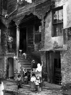 Oda oda kiracıların olduğu ahşap bir binanın önünde çocuklar ve kadınlar (1977, Zeyrek) #istanlook #nostalji #birzamanlar