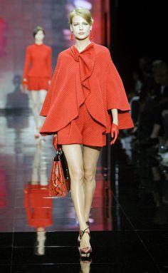Giorgio Armani Privé  Giorgio Armani se desmarca del 'total white' predominante en esta Alta Costura y apuesta por una combinación ganadora: el rojo y negro. Lentejuelas XL, plumas, pieles y diseños muy femeninos y sofisticados, crean una colección para soñar...