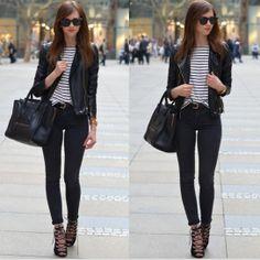 Blusa a rayas, jeans negros, zapatos negros abotinados