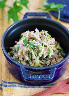 水切り不要♪キッズも喜ぶ♪『豆苗と塩昆布のツナマヨ白和え』 by Yuu / 豆苗1袋を豆腐を使ってカサ増し!こうすれば、少ない豆苗でもしっかり人数分の副菜が作れますよ♪作り方は、めーっちゃ簡単!ボウルに、豆腐・ツナ・塩昆布・マヨネーズを入れて混ぜ白和えの衣を作ります。あとは、これに豆苗とごまを加えてサッと混ぜ合わせるだけで完成♪ちなみに、豆腐の水切りは不要!思い立ったらすぐに作れますよ。 / Nadia