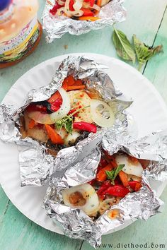 Italian Chicken and Vegetables In Foil EASY! Italian Chicken and Vegetables In Foil: Flavorful, incredibly moist chicken breasts baked in aluminum foil with peppers, onion, garlic, fresh herbs and Italian Dressing. Foil Baked Chicken, Chicken Foil Packets, Moist Chicken, Baked Chicken Breast, Easy Chicken Recipes, Chicken Breasts, Chicken Wraps, Chicken Thighs, Pasta Recipes