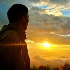 Photo by @rivaihidayat | Ketika Aku dan Mentari Pagi  #liveauthentic #livefolk #sunrise #kamerahpgw #instanusantara #instanusantarasemarang #insta_gunung #backpackersemarang #sunshine