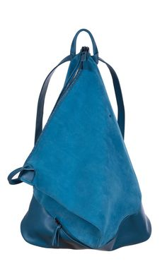 EVA BLUT - Simple Sack - The sleek reshaper. Spacious backpack with a versatile shape: tucked into a triangle or straight as a rectangle.