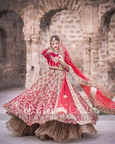 Tips For Planning The Perfect Wedding Day. Few brides and grooms found their wedding planning process to be stress-free. Asian Bridal Dresses, Bridal Mehndi Dresses, Pakistani Wedding Outfits, Indian Bridal Outfits, Bridal Dress Design, Indian Bridal Wear, Wedding Dresses For Girls, Pakistani Bridal Lehenga, Designer Bridal Lehenga