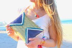 Clutch de piel con flecos y madronos muy étnico tendencia este verano, disponible en varios colores