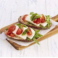 Yhdistelmä kotijuustoa ja tomaatteja sekä herkullista ruisleipää tarjoaa raikkaan ja terveellisen aamupalan tai välipalan koko perheelle. Variaatiota ja voimakkaampaa tomaatin makua herkulliseen leipään saat vaihtamalla tuoreet tomaatit aurinkokuivattuihin tomaatteihin. Caprese Salad, Bread, Drinks, Food, Drinking, Beverages, Brot, Essen, Drink