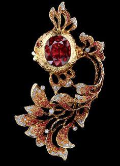 Jewellery Theatre 'Fairy Tales' Brooch. 18K Yellow Gold, 115 diamonds 0,93-0,95 ct, 190 light-orange sapphires 1,83-1,86 ct, 111 dark orange sapphires 0,96-0,99 ct, 1 sapphire 13,92 ct