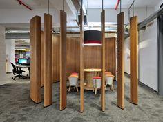 Интерьер офиса в каждом помещении своя тема о бренде компании