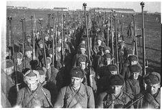 Soldados Soviéticos estão equipados com Rifle Anti Tanque PTRD-41 e alguns com a submetralhadora PPSh-41, 1943.