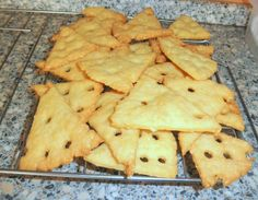 Rýchle syrové krekry (fotorecept) - Recept Pineapple, Cheese, Fruit, Food, Basket, Cookies, The Fruit, Meals, Yemek