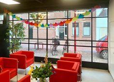 Je kantoorpand met een stalen pui als gevel... wat een licht en wat een transparantie! Dit nodigt je klanten toch uit om binnen te komen? En de open, stalen pui brengt ook nog eens een heleboel daglicht naar binnen. Prettig werken dus. Check-in PR is er blij mee! (en wij ook ;) ) Meer inspiratie voor stalen buitenkozijnen? Check onze website. #stalenpui #kantoorverbouwen #bedrijfsruimte #simplysteel Projects, Log Projects, Blue Prints