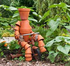 """A creative way to spruce up your garden and use chipped terra cotta pots. There is no """"wrong"""" way to build a terra cotta clay pot garden person. Clay Flower Pots, Flower Pot Crafts, Clay Pot Crafts, Clay Pots, Diy Clay, Diy Flower, Flower Ideas, Diy Garden, Garden Crafts"""