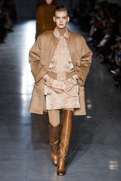 Max Mara Fall 2019 Ready-to-Wear Fashion Show - Vogue Max Mara, Star Fashion, Fashion Show, Runway Fashion, Safari Jacket, Haute Couture Fashion, Models, Vogue Paris, Mannequins