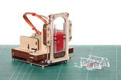 Der Zeichenroboter Piccolo besteht zum einen aus Teilen, die man mit einem Lasercutter zuschneidet, zum anderen aus Standardkomponenten wie Servos.