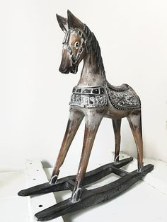 Cheval à bascule en bois peint Living Room Decor, Kids Room, Carving, Horses, Wood, Painting, Wood Rocking Horse, Compass, Painted Wood