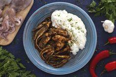 """I moscardini alla busara sono un piatto tipico del Veneto, in particolare di Caorle, la città in provincia di Venezia che si affaccia sull'Adriatico. Seguendo la ricetta tradizionale, i moscardini non vengono privati delle viscere e, una volta bolliti, vengono saltati in padella con un sughetto preparato con pomodoro, insaporito con vino bianco secco e aromatizzato da aglio, peperoncino rosso e prezzemolo tritati. Questo tipo di cottura, chiamato appunto alla """"busara"""" è un modo tradizionale…"""