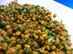 Ingredientes: 1 xícara de lentilhas 6 ramos de salsinha fresca 1 folha de louro 1 pitada de tomilho desidratado 2 colheres (sopa) de sumo de limão 2 cebolinhas picadas 1 colher (chá) de mostarda em pó 1/3 de xícara óleo de nozes (preferencialmente) ou 2 colheres (sopa) azeite de oliva extra-virgem (se utilizar o azeite de oliva, acrescente 1/3 de xicara de nozes picadas) 3 colheres (sopa) de salsinha fresca finamente picada Sal e pimenta do reino a gosto
