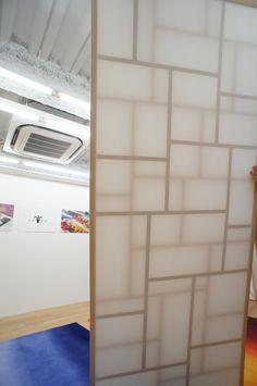 和歌山の建具メーカー中井産業のブランディング。〈KITOTE〉というブランドを立ち上げ、こちらも全体の企画に携わる。障子の組子を二重に組み、障子紙を太鼓張りにしてある。   japan-architects.com
