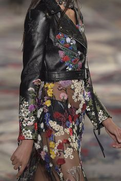 Embroidery Floral Fashion Alexander Mcqueen 40 Ideas For 2019 Fashion 2017, Couture Fashion, Love Fashion, Fashion News, Runway Fashion, High Fashion, Fashion Show, Spring Fashion, Fashion Looks