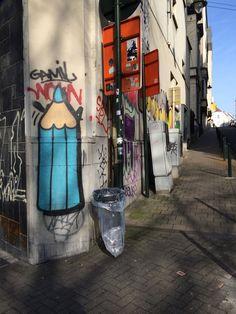 """© PdeB Depuis trois ans, j'ai dans l'idée de chasser le tag/graffiti """"crayon"""" dans la ville de Bruxelles. Mon but est d'en recenser le plus possible ! - Since three years I am chasing the pencil tags in Brussels (Belgium). My purpose is to discover a lot of them !"""