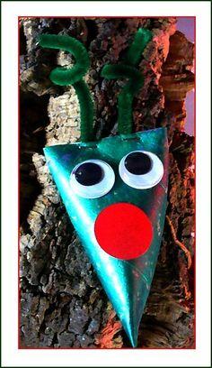 Avec un rouleau de papier toilette, un stick de peinture vert métallisé, des yeux mobiles et une gommette rouge....sympa pour poser dans le sapin !