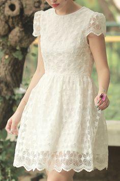 Une jolie robe courte en dentelle.
