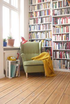 Tolle Leseecke mit deckenhohem Bücherregal Great reading area with ceiling-high bookshelf New Homes, Home And Living, Decor, Interior Design, House Interior, Home Libraries, Home, Interior, Room