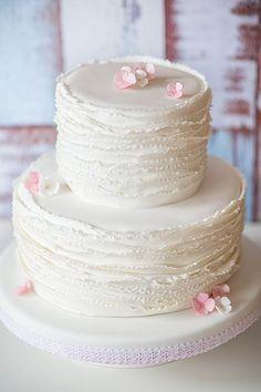 Die aktuellsten und neusten Hochzeitstortentrends von 2015 von www.suess-und-salzig.de und www.sweet-candy-table.de  Ruffles white