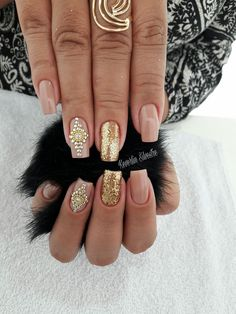 We all want beautiful but trendy nails, right? Here's a look at some beautiful nude nail art. Nude Nails, Gold Nails, Hair And Nails, My Nails, Nail Envy, Living At Home, Mani Pedi, Nail Inspo, Trendy Nails