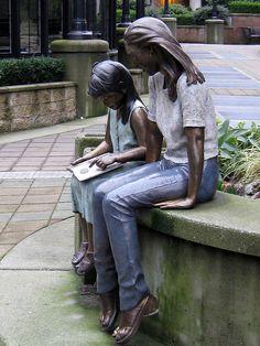 Readers sculpture statue outside the Vancouver School Board. Book Sculpture, Bronze Sculpture, Paper Sculptures, I Love Books, Books To Read, Vancouver School, Woman Reading, Lectures, Gravure