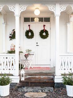A Christmas Front Porch Christmas Mood, Cozy Christmas, Christmas Decorations, Chic Christmas, Holiday Cottage, Christmas Interiors, Scandinavian Christmas, Christmas Front Porch, Farmhouse Christmas