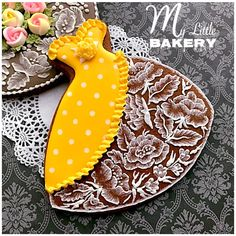 My little bakery 🌹: Brush Embroidery Cookie Elegant Cookies, Fancy Cookies, Iced Cookies, Cute Cookies, Royal Icing Cookies, Cupcake Cookies, Cupcakes, Rainbow Sugar Cookies, Brush Embroidery