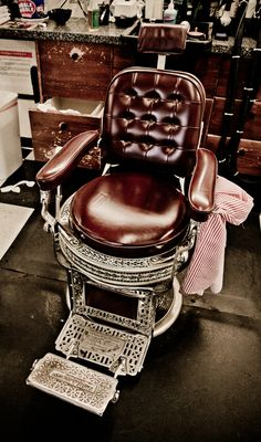 Antique barber's chair at Clay's Barber Shop. Why not, if I get to design and build my own house, I'm guessing I would have plenty of money, so I would have the barber come to me.
