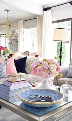 Ideas, Formulas and Shortcuts for Living Room Table Glass Decor - Living Room Inspiration, Home Decor Inspiration, Living Room Designs, Living Room Decor, Style At Home, Decorating Coffee Tables, Coffee Table Styling, Family Room Design, My New Room