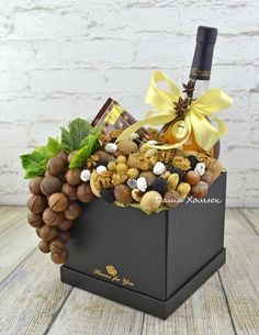 Liquor Bouquet, Food Bouquet, Wine Gift Boxes, Wine Gift Baskets, Fruit Gifts, Food Gifts, Diy Birthday Gifts For Friends, Vegetable Bouquet, Cute Couple Gifts